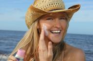 Cum se aplica corect crema ecran de protectie impotriva razelor solare