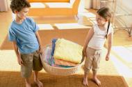Mici treburi casnice pe care le poate face copilul prescolar, inca de la 2 ani