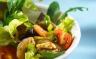 Salata picanta de creveti si paine libaneza