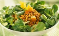 Salata cu morcovi caramelizati, mazare si porumb