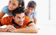 Barbatii sunt programati biologic sa aiba grija de copiii lor
