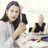 5 tipuri de colegi care iti saboteaza dieta