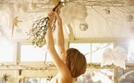 Decoratiuni de Craciun DIY: lampa decorata cu vasc, crengi si globuri