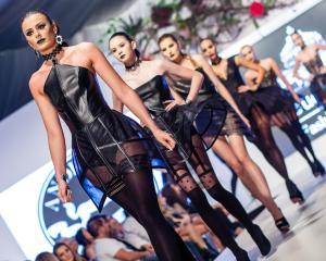 Designer-ul anului trecut, Andreea Dogaru, lanseaza colectia vestimentara gotica