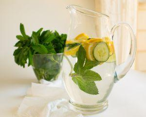 Apa cu castraveti, lamaie si menta - bautura ideala pentru detoxifiere