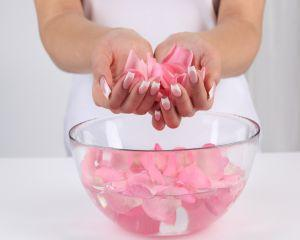 Masti cosmetice pe baza de apa de trandafiri
