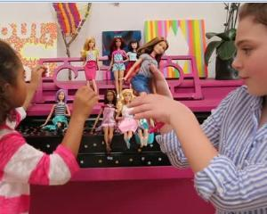 Papusa Barbie se apropie de o femeie �adevarata�