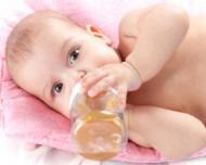 5 trucuri pentru a-i convinge pe bebelusi sa bea (mai) multa apa