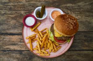 De ce ne place mancarea de tip fast-food si cum ne afecteaza viata