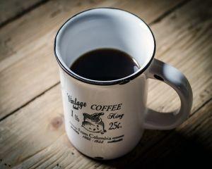 Cum te afecteaza cafeaua bauta seara, inainte de culcare