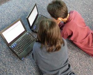 Cat timp petrec copiii pe zi folosind telefonul sau calculatorul