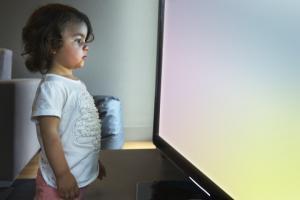 OMS: Fara televizor, tableta sau telefon mobil pentru copiii sub doi ani