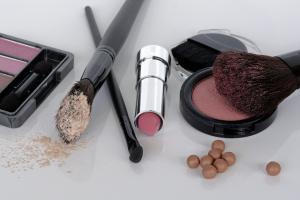 7 Produse de make-up pe care trebuie sa le ai in trusa