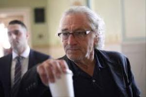 O fosta angajata a lui Robert de Niro vrea 12 milioane de dolari de la actor