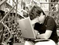 3 moduri in care Facebook te face nefericita