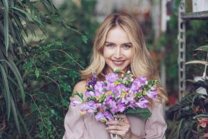 Femeile independente isi cumpara flori singure! Iata de ce ar trebui sa apelezi si tu la serviciul de livrare flori in Bucuresti!