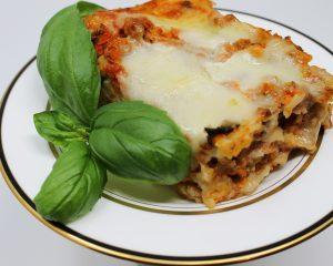 Primeste primavara in bucatarie cu o lasagna cu carne si spanac