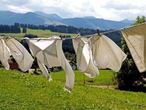Stiai ca trebuie sa iti speli hainele imediat dupa ce le cumperi? Iata de ce!