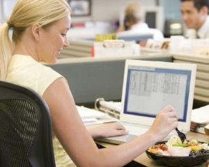 Ziua Mondiala a Alimentatiei: Top 3 alimente sanatoase pe care le puteti consuma la birou