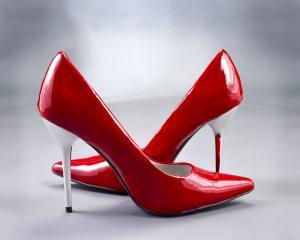 Cum se intretin pantofii din piele lacuita?
