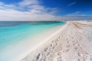 Turistii inca fura nisip si cochilii din Sardinia, desi amenda este uriasa