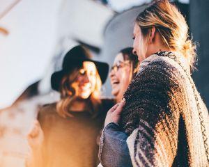 De ce avem emotii in public si cum combatem anxietatea sociala