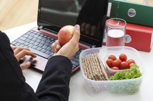 Cum imbunatatim productivitatea la birou: 7 alimente recomandate