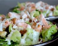 Salata cu somon si muguri de fasole mung: solutia ideala pentru o zi caniculara