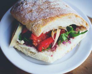 Cum sa prepari un sandvis gustos: 4 ingrediente sanatoase