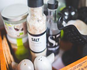 Studiu despre sarea din comert. Cata sare trebuie sa consumam pe zi?