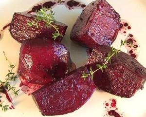 Sfecla rosie cu vinete la cuptor: o reteta pe placul familiei tale