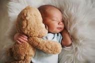 EXPERTUL RASPUNDE: Este vital sa tii nou-nascutul cat mai mult in brate