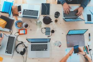 Ce tipuri de proiecte poti dezvolta cu echipele dedicate de software development