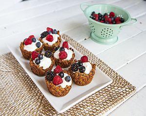 Reteta VIDEO: Mini-tarte cu ovaz, iaurt si fructe