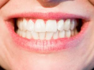 Trebuie sa folosesti ata dentara! Invata cum sa faci asta