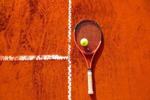5 motive ca sa joci tenis