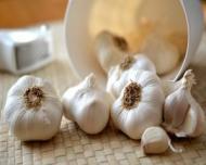 VIDEO: Cum sa cureti usturoiul in cateva secunde. Un truc util in bucatarie