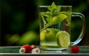 Consum zilnic de apa - cum sa reusesti sa bei mai multa apa